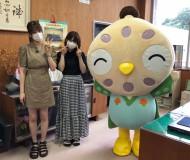 AKB48の吉川七瀬さん(左)倉野尾成美さん(右)とボクだよ